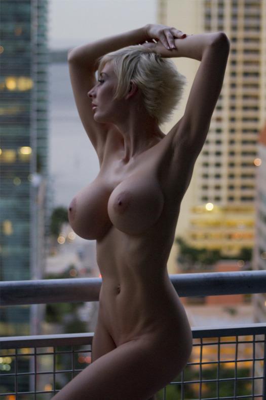 Belle femme se met nue sur le 33